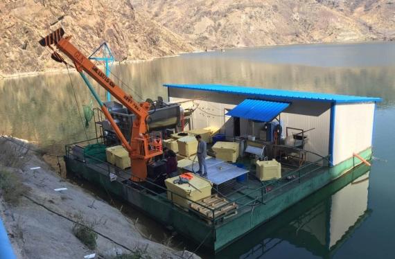 新疆伊犁水产养殖客户采购我们的船吊